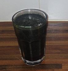 En drink med spirulina, apelsin och hallon